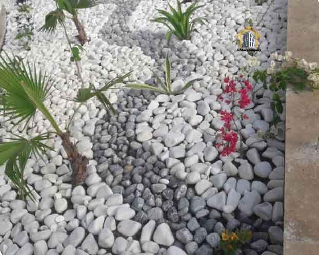 کاربرد قلوه سنگ رودخانه ای سیاه در کنار کنار قلوه سنگ سفید